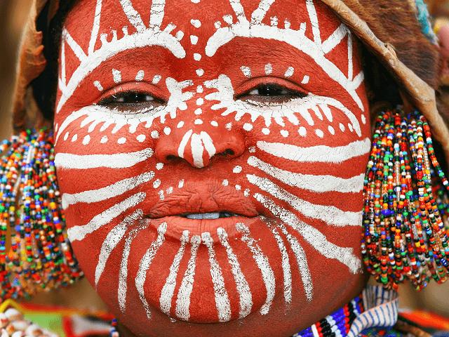 Africká žena v tradičných farbách pri jazere Nakuru, Keňa